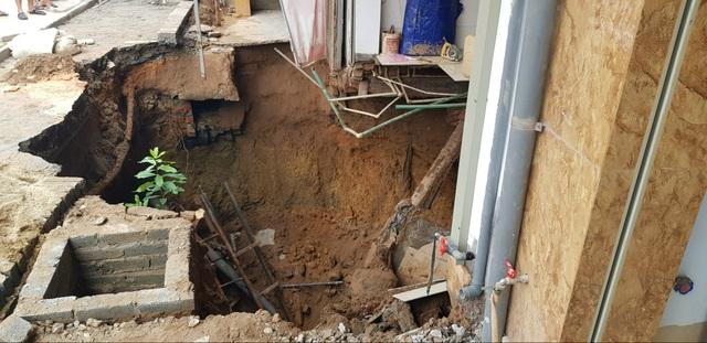 Cận cảnh hố tử thần sâu 5m nuốt nhà dân ở Hà Nội - 4