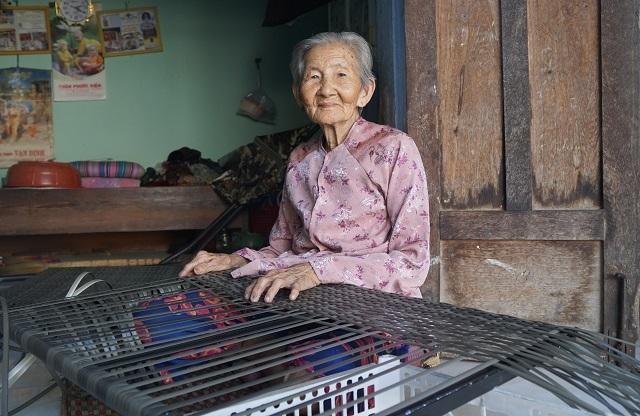 Nhiều lao động nữ tăng thu nhập từ nghề đan bàn ghế nhựa giả mây  - 2