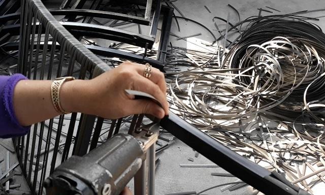 Nhiều lao động nữ tăng thu nhập từ nghề đan bàn ghế nhựa giả mây  - 5