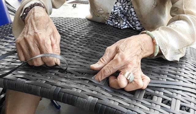 Nhiều lao động nữ tăng thu nhập từ nghề đan bàn ghế nhựa giả mây  - 4