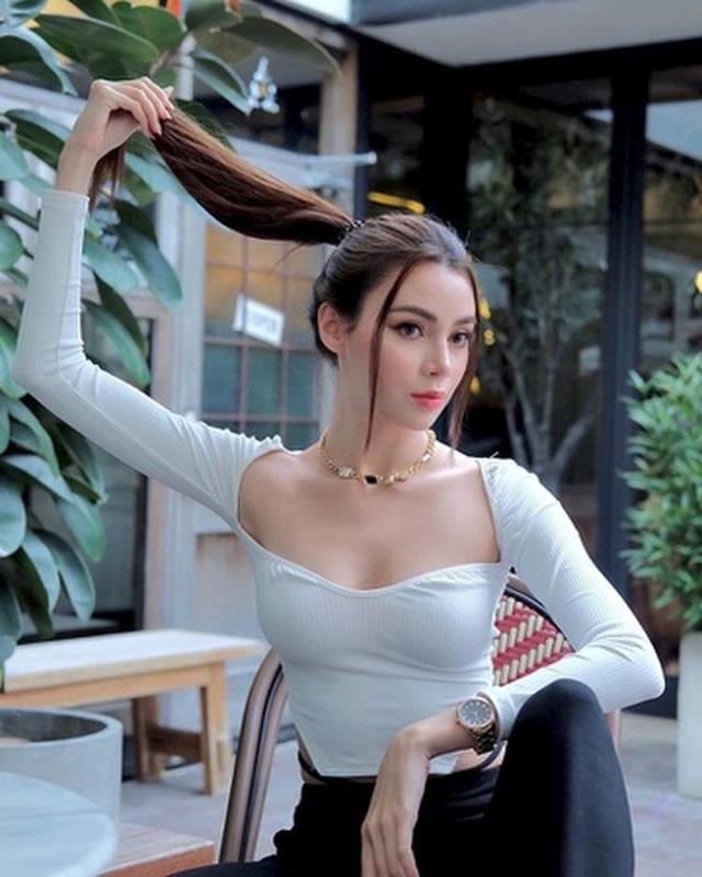 Du khách Thái Lan mang cả vali quần áo tới chụp ảnh ở quán cà phê - 3