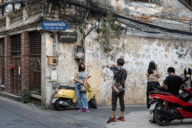 Du khách Thái Lan mang cả vali quần áo tới chụp ảnh ở quán cà phê - 1