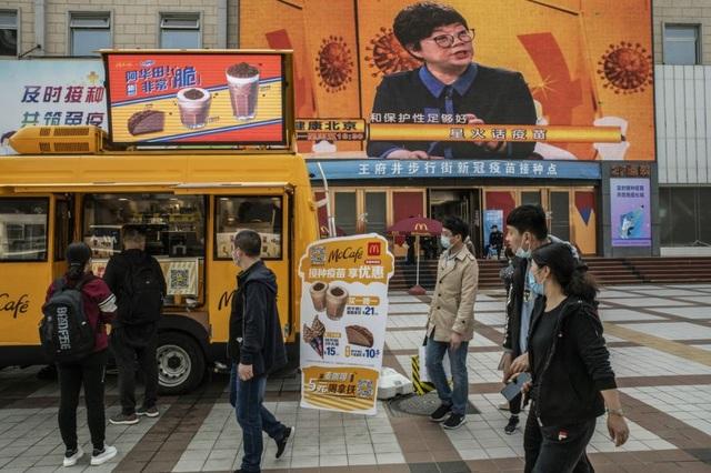 Trung Quốc tặng trứng, kem thuyết phục dân tiêm vắc xin Covid-19 nội địa - 1