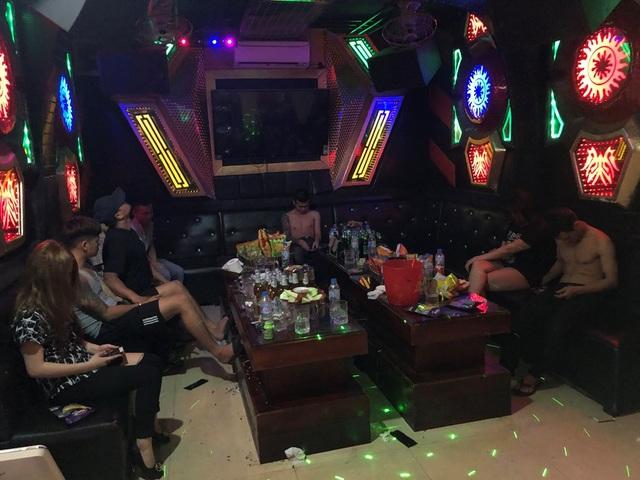 Hốt gọn 22 dân chơi đang tổ chức tiệc ma túy trong quán karaoke - 1