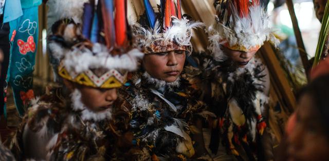 Kỳ lạ bộ tộc cách ly trẻ em gái 1 năm trước ngưỡng trưởng thành - 1