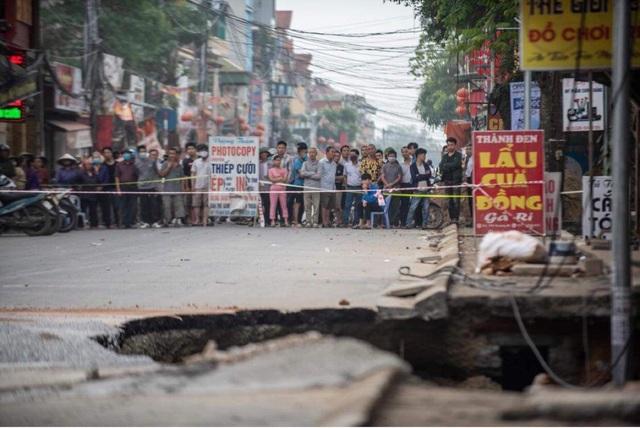 Cận cảnh hố tử thần sâu 5m nuốt nhà dân ở Hà Nội - 10