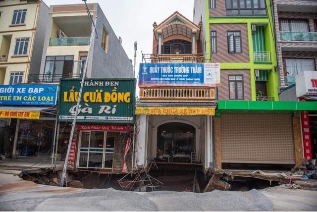Cận cảnh hố tử thần sâu 5m nuốt nhà dân ở Hà Nội - 2