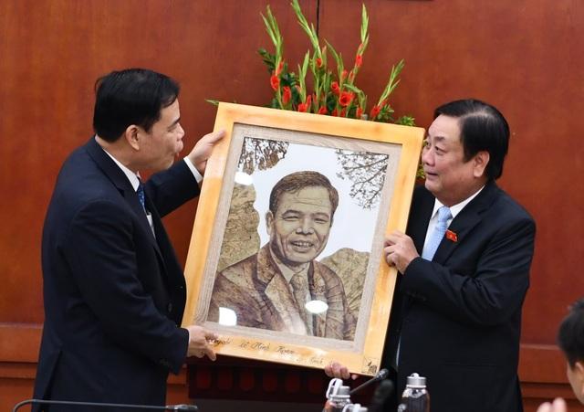 Tân Bộ trưởng Nông nghiệp tặng bức tranh sen tri ân người tiền nhiệm - 2