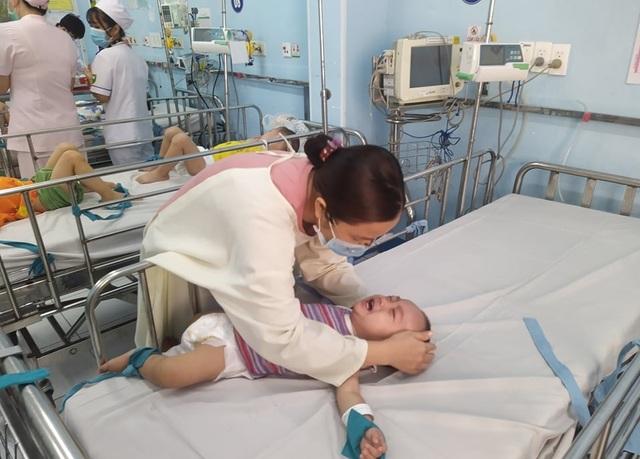 Bước vào cuộc chiến với tay chân miệng, nhiều trẻ bị biến chứng thần kinh - 3