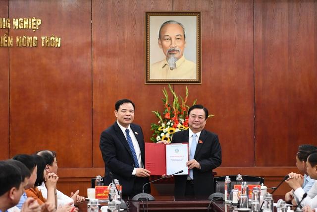 Tân Bộ trưởng Nông nghiệp tặng bức tranh sen tri ân người tiền nhiệm - 1