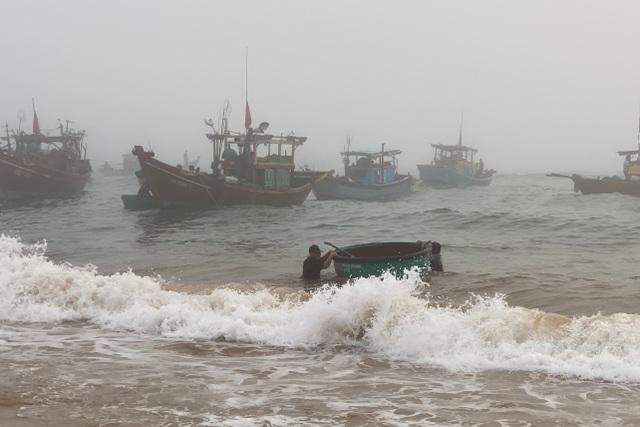 Trúng đậm cá nục mộng, ngư dân Quảng Bình thu tiền triệu mỗi đêm - 3