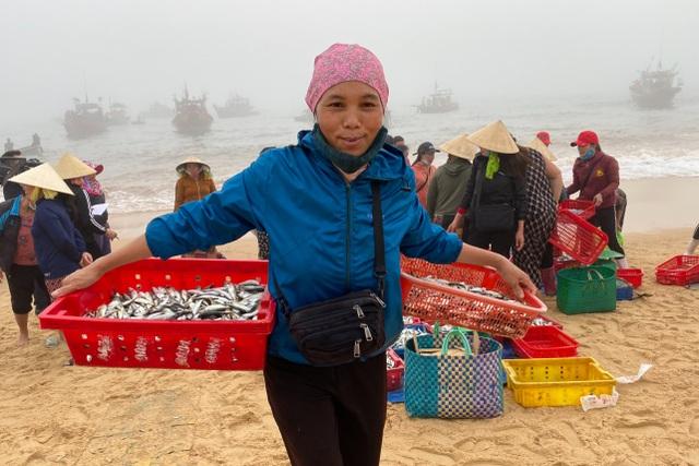 Trúng đậm cá nục mộng, ngư dân Quảng Bình thu tiền triệu mỗi đêm - 9