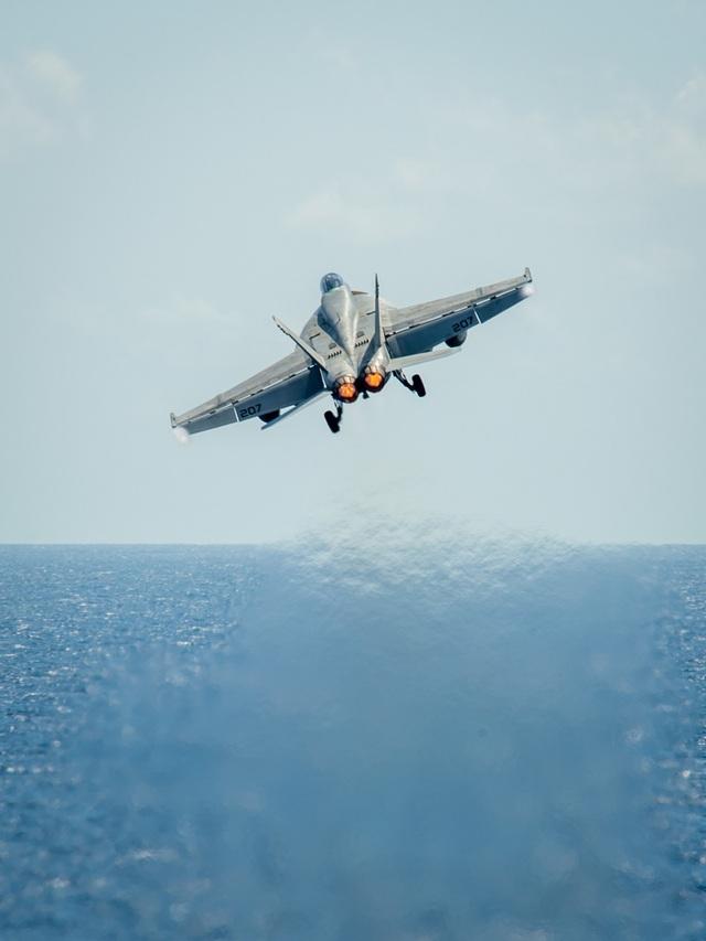 Tàu sân bay Mỹ diễn tập với tiêm kích Su-30 Malaysia trên Biển Đông - 9