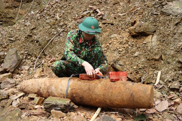 Phát hiện quả bom còn nguyên kíp nổ khi đào móng nhà - 1