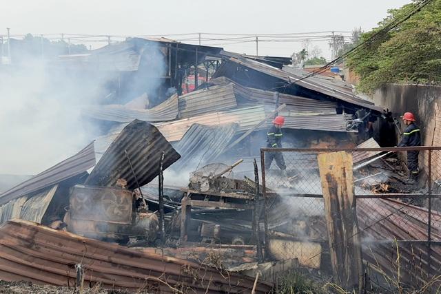 Cháy xưởng gỗ ven Sài Gòn, công nhân tháo chạy tán loạn - 2