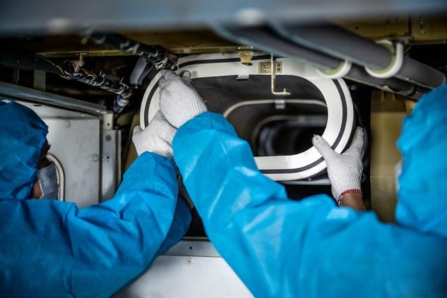 Công việc đặc biệt của thợ lau điều hòa máy bay - 12
