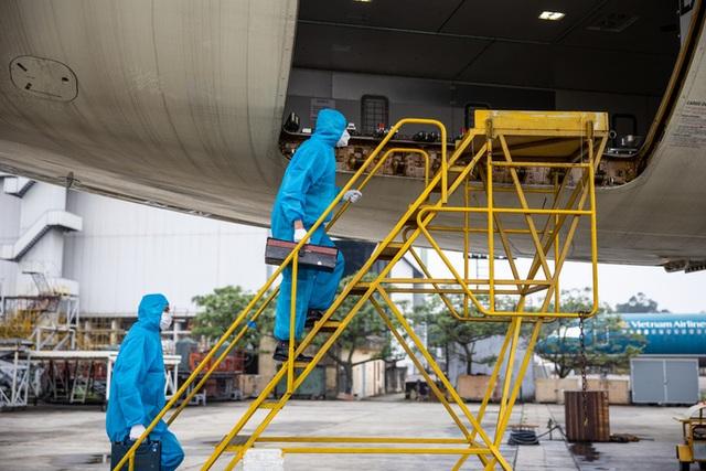 Công việc đặc biệt của thợ lau điều hòa máy bay - 3