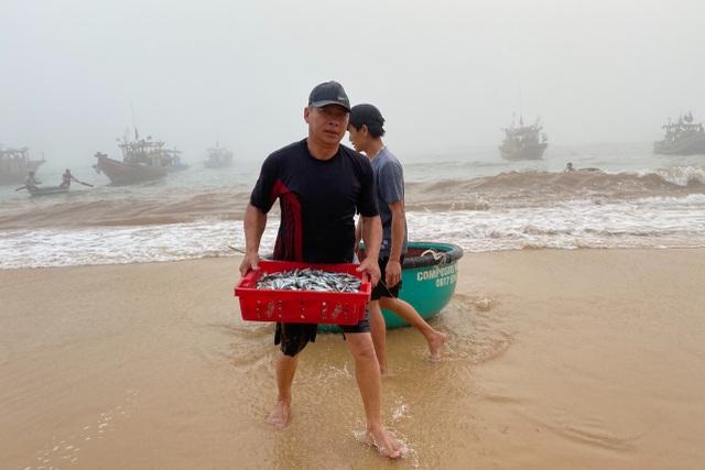 Trúng đậm cá nục mộng, ngư dân Quảng Bình thu tiền triệu mỗi đêm - 4