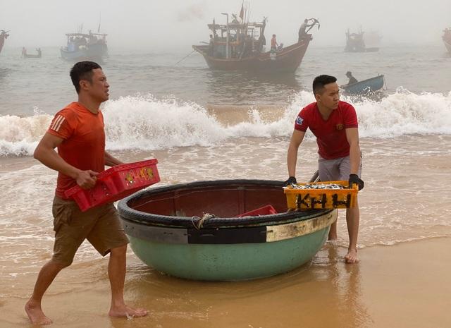 Trúng đậm cá nục mộng, ngư dân Quảng Bình thu tiền triệu mỗi đêm - 12
