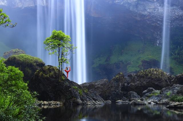 Màn trình diễn của giáo viên yoga 9x giữa khu bảo tồn tuyệt đẹp ở Gia Lai - 1