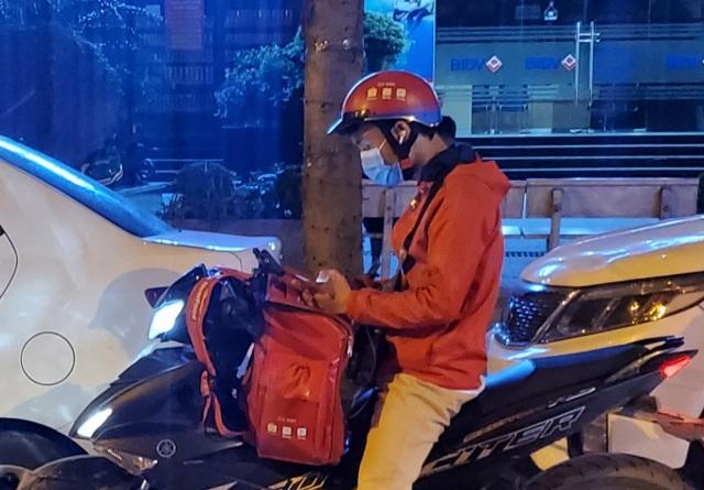 Hà Nội: Shipper đêm ế khách khi Covid-19 hạ nhiệt - 2