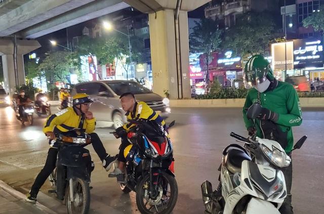Hà Nội: Shipper đêm ế khách khi Covid-19 hạ nhiệt - 3