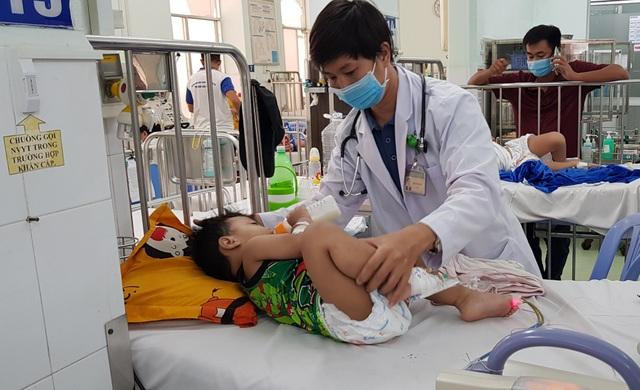 Bước vào cuộc chiến với tay chân miệng, nhiều trẻ bị biến chứng thần kinh - 2