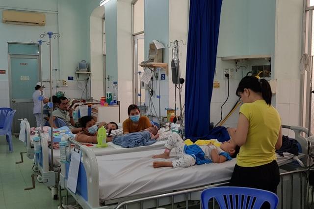 Bước vào cuộc chiến với tay chân miệng, nhiều trẻ bị biến chứng thần kinh - 1