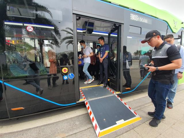 Xe buýt điện của tỷ phú Phạm Nhật Vượng chính thức lăn bánh - 1