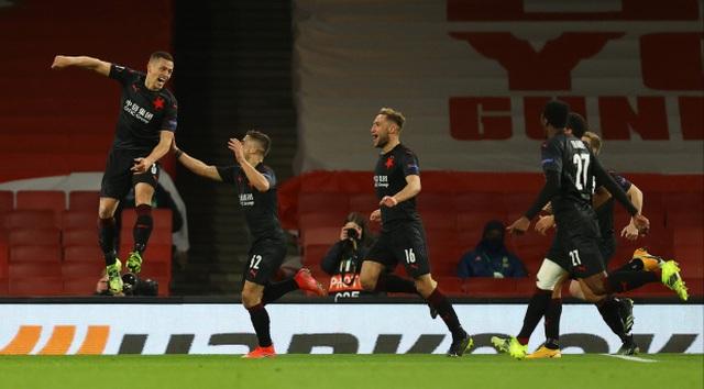Man Utd mở toang cửa vào bán kết, Arsenal sảy chân đáng tiếc - 7