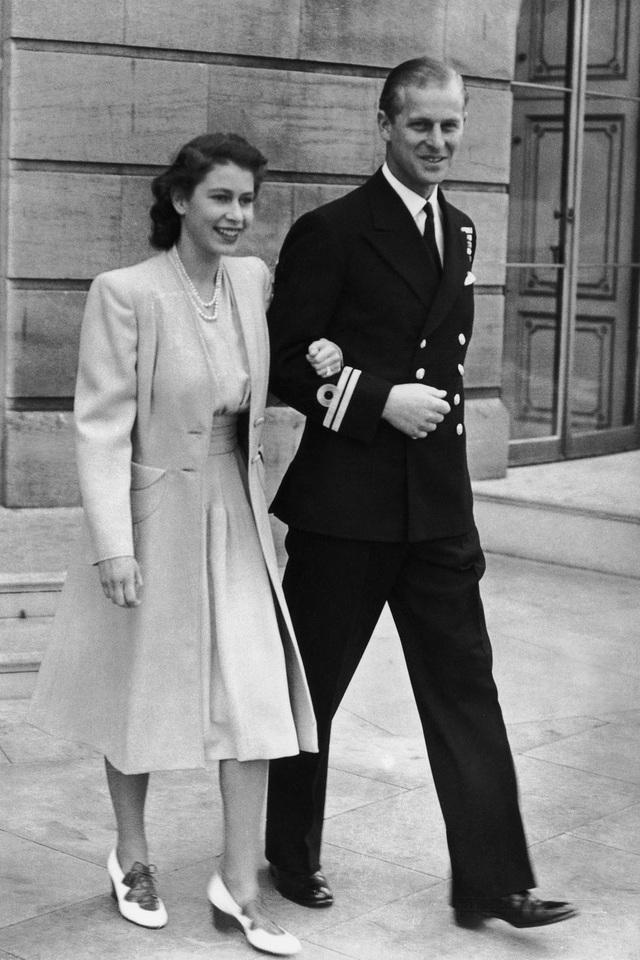 Nữ hoàng Elizabeth II và Hoàng thân Philip: Những khoảnh khắc đẹp nhất - 1