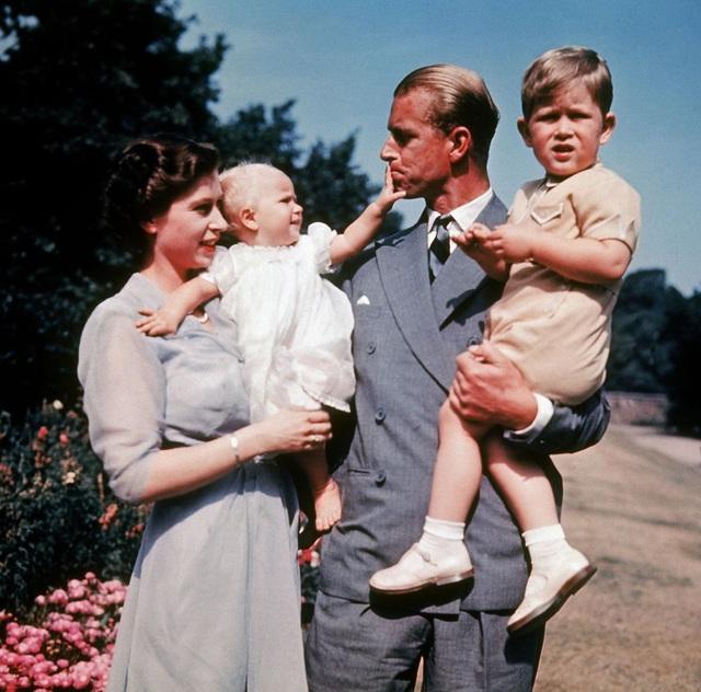 Nữ hoàng Elizabeth II và Hoàng thân Philip: Những khoảnh khắc đẹp nhất - 7