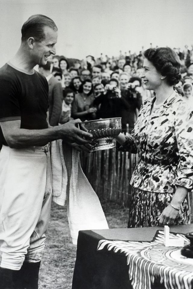 Nữ hoàng Elizabeth II và Hoàng thân Philip: Những khoảnh khắc đẹp nhất - 8