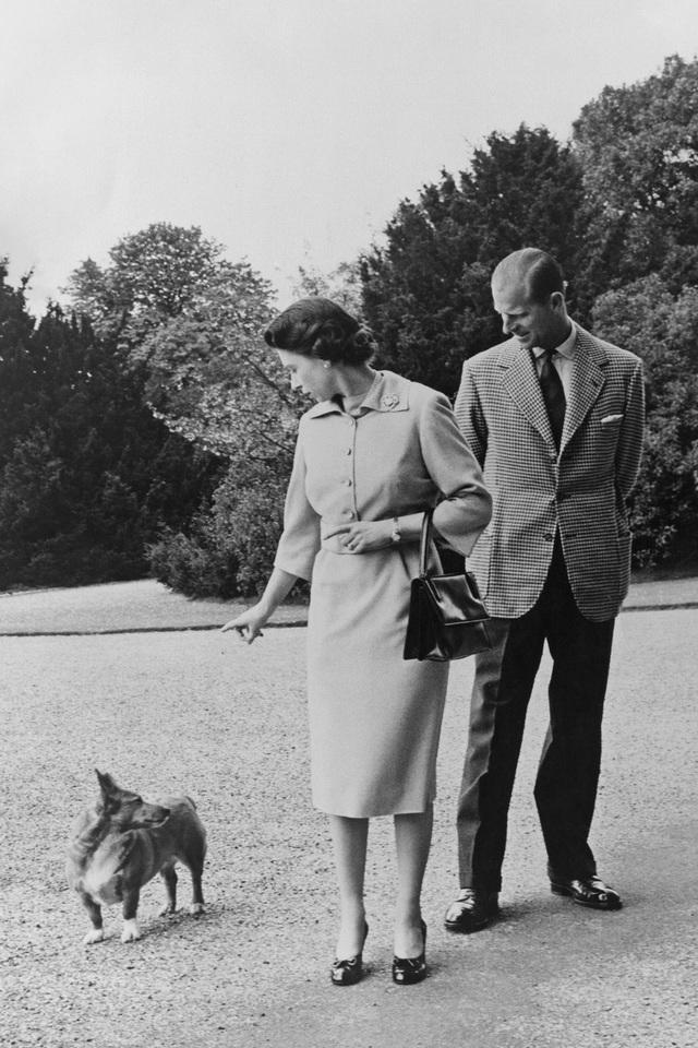 Nữ hoàng Elizabeth II và Hoàng thân Philip: Những khoảnh khắc đẹp nhất - 9