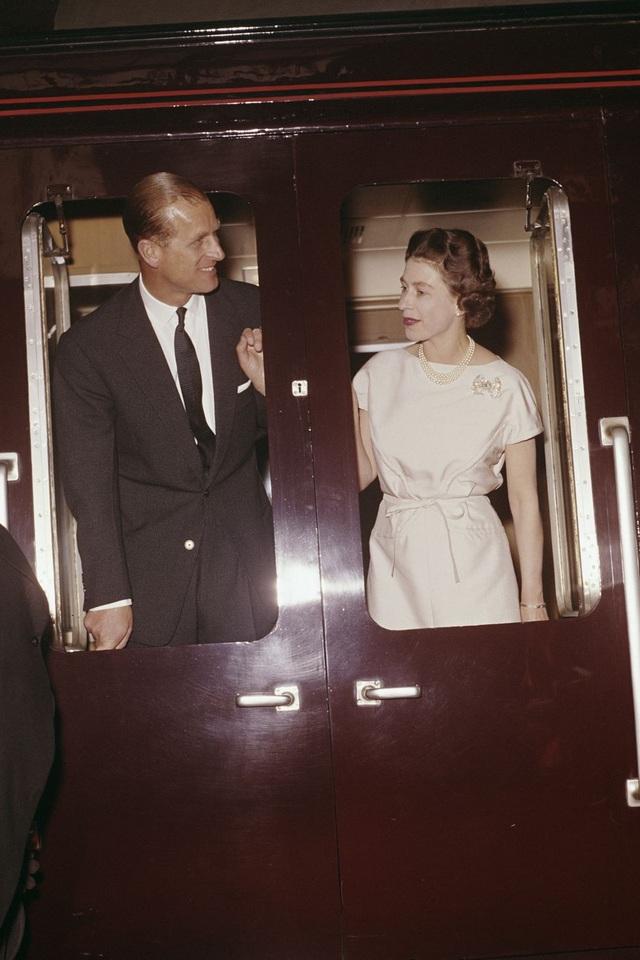 Nữ hoàng Elizabeth II và Hoàng thân Philip: Những khoảnh khắc đẹp nhất - 10