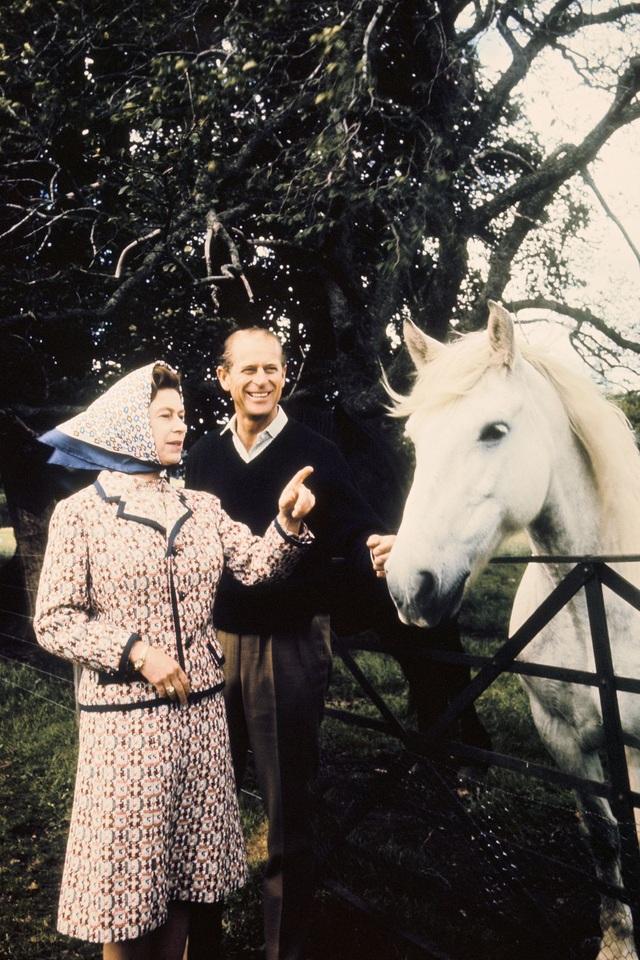 Nữ hoàng Elizabeth II và Hoàng thân Philip: Những khoảnh khắc đẹp nhất - 14