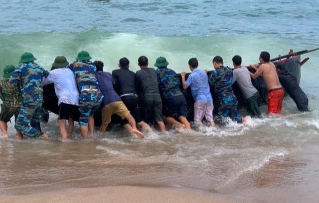Sóng đánh chìm thuyền, 2 ngư dân gặp nạn trên biển - 1