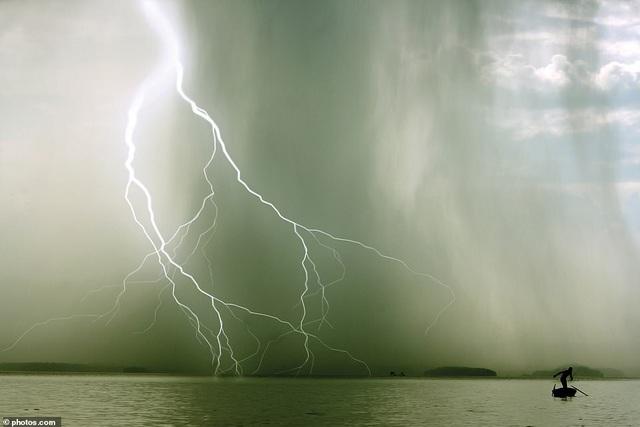 Khoảnh khắc sấm sét ở Hạ Long lọt top ảnh thời tiết ấn tượng - 1