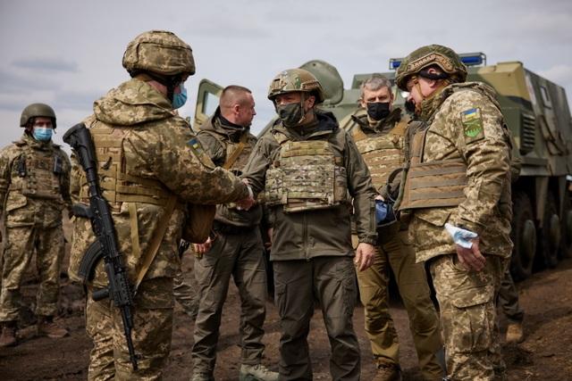 Tổng thống Ukraine mặc áo chống đạn thăm tiền tuyến, Nga cảnh báo cứng rắn  - 3