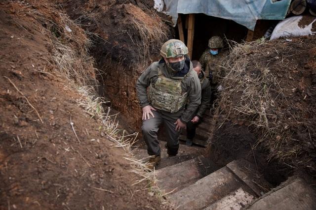 Tổng thống Ukraine mặc áo chống đạn thăm tiền tuyến, Nga cảnh báo cứng rắn  - 2
