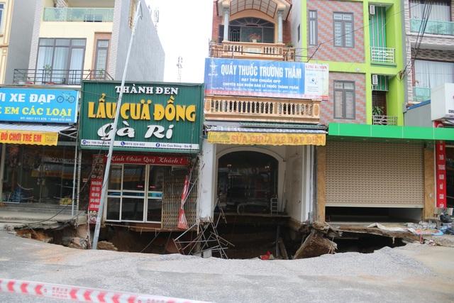 Hố tử thần ở Hà Nội đã nở tới hơn 100m2 - 2