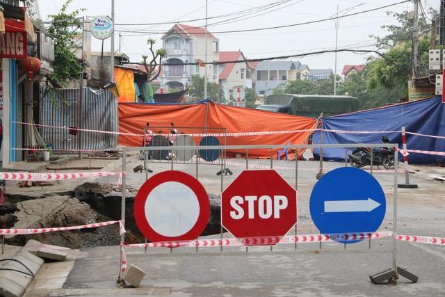 Hố tử thần ở Hà Nội đã nở tới hơn 100m2 - 3