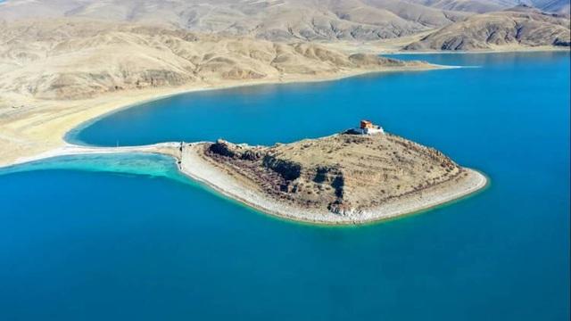 Ngôi chùa bí ẩn nằm giữa hồ Thánh, chỉ có 1 nhà sư ở Tây Tạng - 1