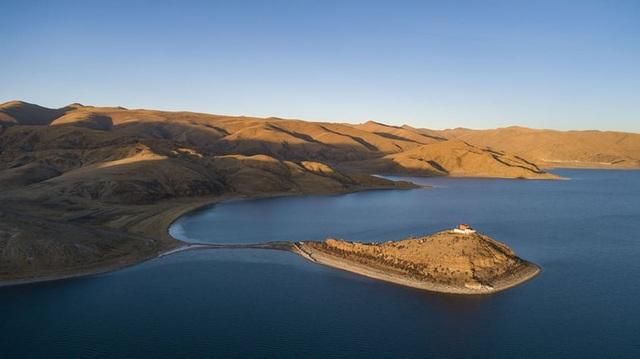 Ngôi chùa bí ẩn nằm giữa hồ Thánh, chỉ có 1 nhà sư ở Tây Tạng - 5