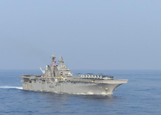 Hai nhóm tàu chiến Mỹ phô diễn uy lực trên Biển Đông - 1