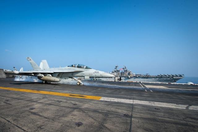 Hai nhóm tàu chiến Mỹ phô diễn uy lực trên Biển Đông - 4