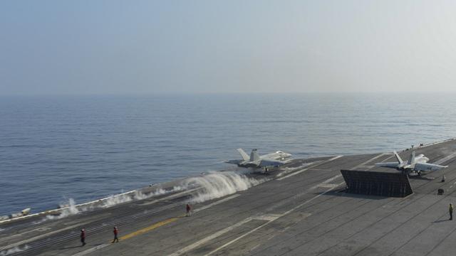 Hai nhóm tàu chiến Mỹ phô diễn uy lực trên Biển Đông - 7