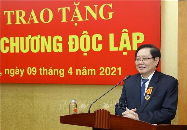 Trao Huân chương Độc lập hạng Nhì tặng nguyên Bộ trưởng Nội vụ Lê Vĩnh Tân - 1