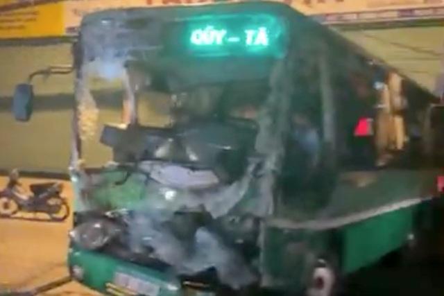 Xe tải tông nát đầu xe buýt, người dân hì hục cứu tài xế kẹt trong cabin - 1