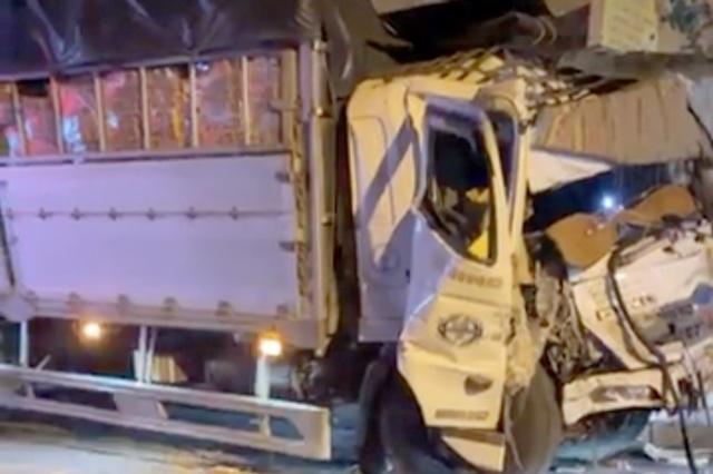 Xe tải tông nát đầu xe buýt, người dân hì hục cứu tài xế kẹt trong cabin - 2